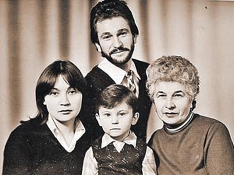 Певец с семьей - мамой, женой и сыном