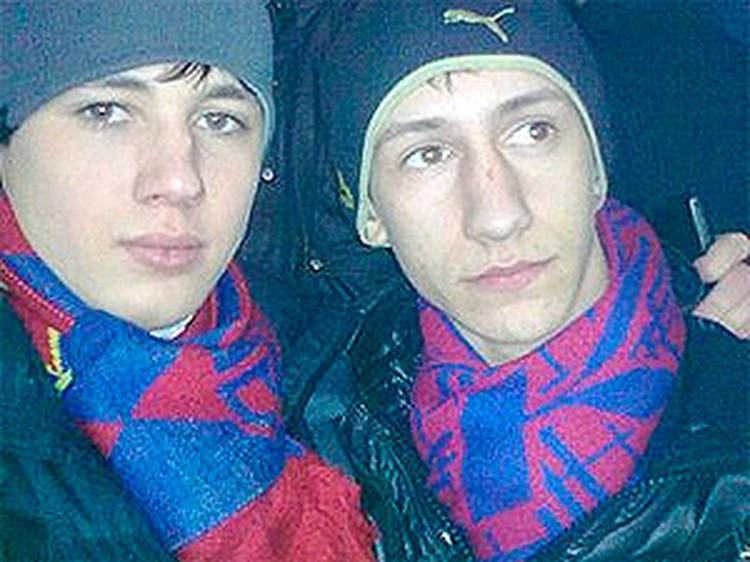 Дмитрий (слева) пытался защитить друга от ножа, но сам был ранен.