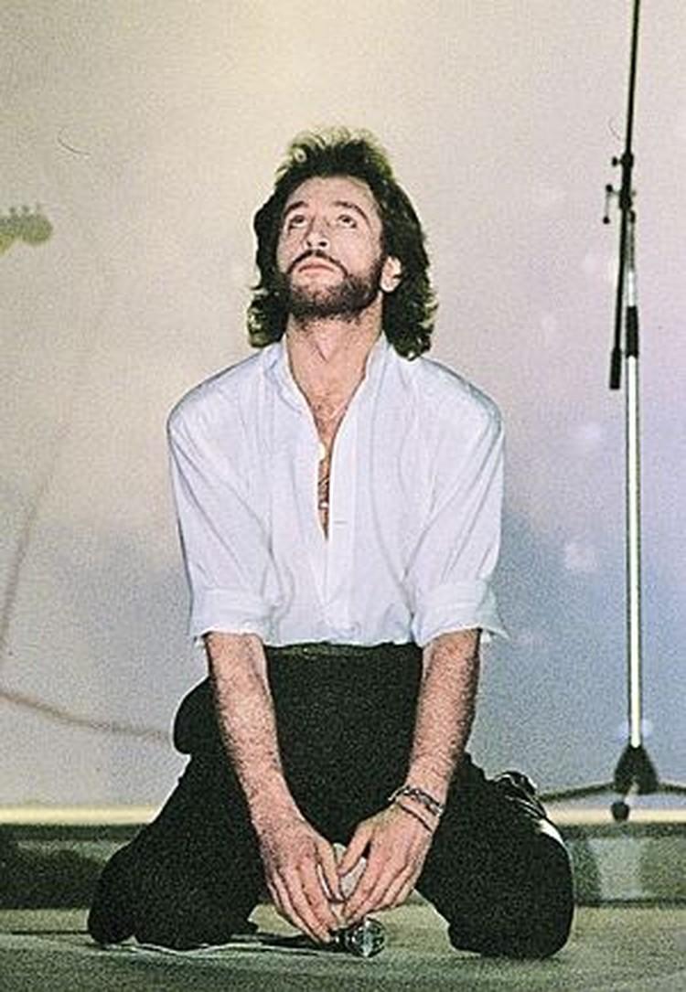 Обычно Игорь выходил на сцену в белой рубашке и черных брюках. Но в тот день почему-то решил изменить правилу.