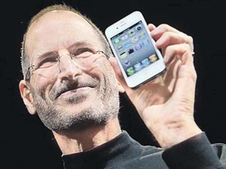Стив Джобс со своим последним творением - iPhone 4.