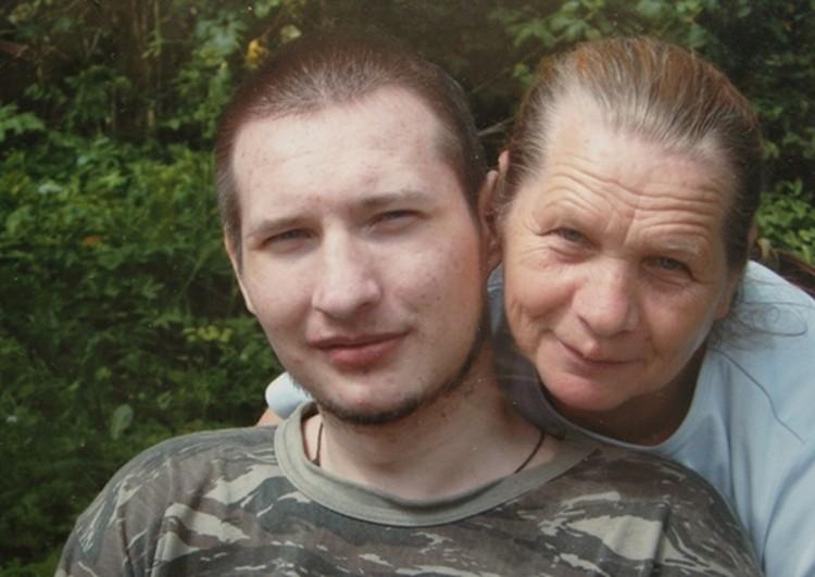 Олег с мамой Розой. Снимок сделан летом 2010 года.