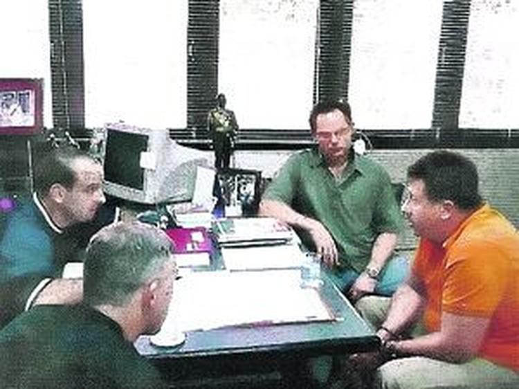 На этом фото Виктора Бута (крайний справа) сразу после задержания в Бангкоке допрашивают сотрудники антинаркотического агентства США. Этот эпизод наряду с другими Виктор описывает в своих дневниках.