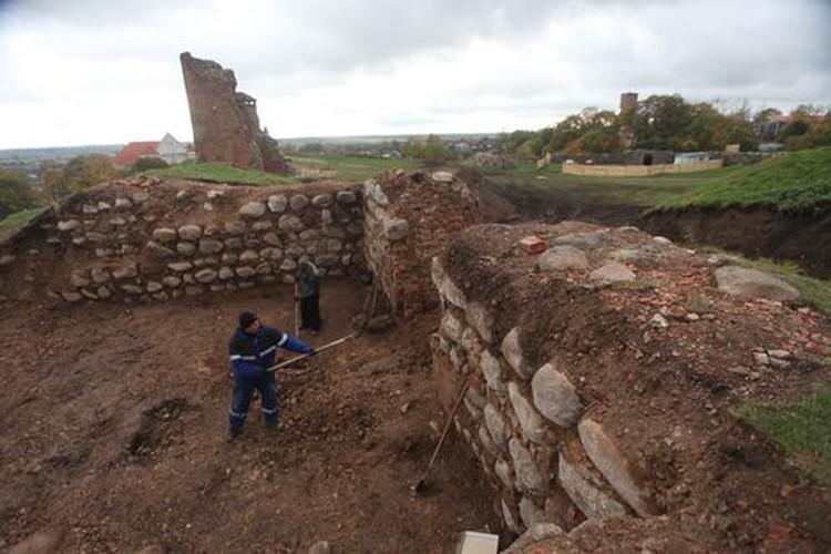За два месяца на замке открыли башни и стены, которые 300 лет были спрятаны в земле.