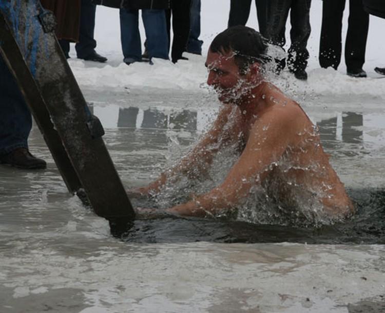 Обычай погружаться в воду трижды пришел из Греции.