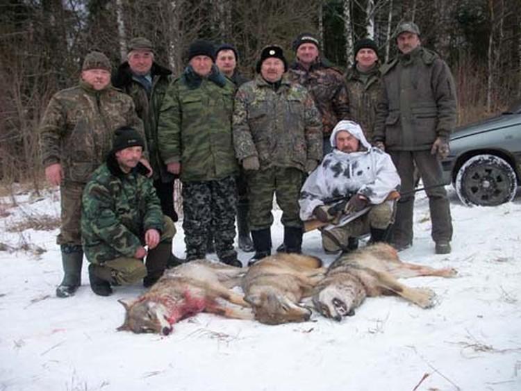 Опытные охотники быстро вышли на след зверя.