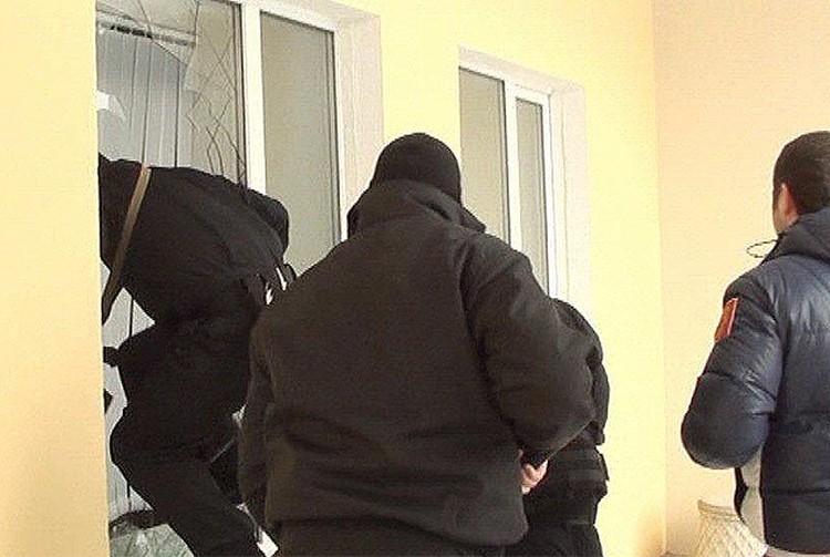 Преступники забарикодировались от полиции, поэтому в помещение пришлось проникать через окно.