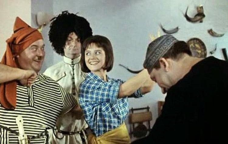 Юная циркачка Варлей снялась со знаменитой троицей Никулин - Вицин - Моргунов и стала знаменитой. Кадр из фильма «Кавказская пленница».