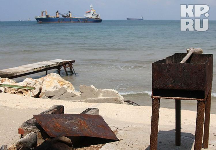 Пляжик российского ПМТО. С мангалом и коптильней.