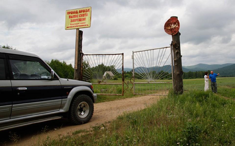 В один непрекрасный день местный фермер поставил ворота на дороге, перекрыв односельчанам единственный путь к федеральной трассе