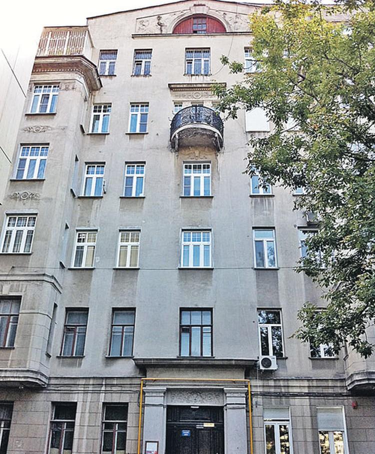 Апартаменты певца расположены на двух верхних этажах этого дома; также ему принадлежит чердак. Но воры умудрились не заблудиться в этой квартире и нашли дорогу к сейфу...