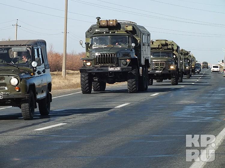 Колонна военных машин едет в поселок