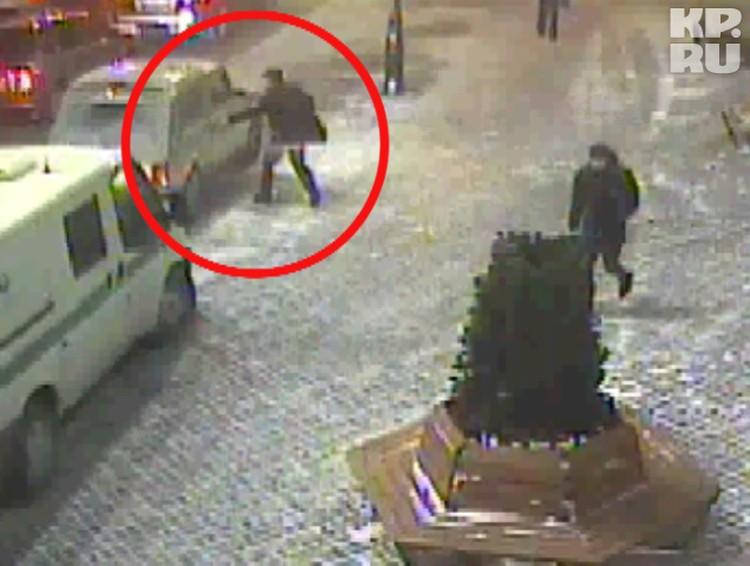 Кадры с камеры видеонаблюдения: вот один из инкассаторов выносит из торгового центра елку и кладет ее в бронированную «Ниву»...