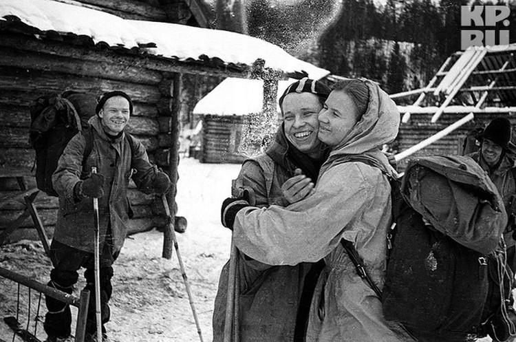Один из последних снимков перед отправкой в экспедицию Слева направо: руководитель группы Игорь Дятлов, Юра Юдин и Люда Дубинина. Юдин накануне заболеет и останется жив.