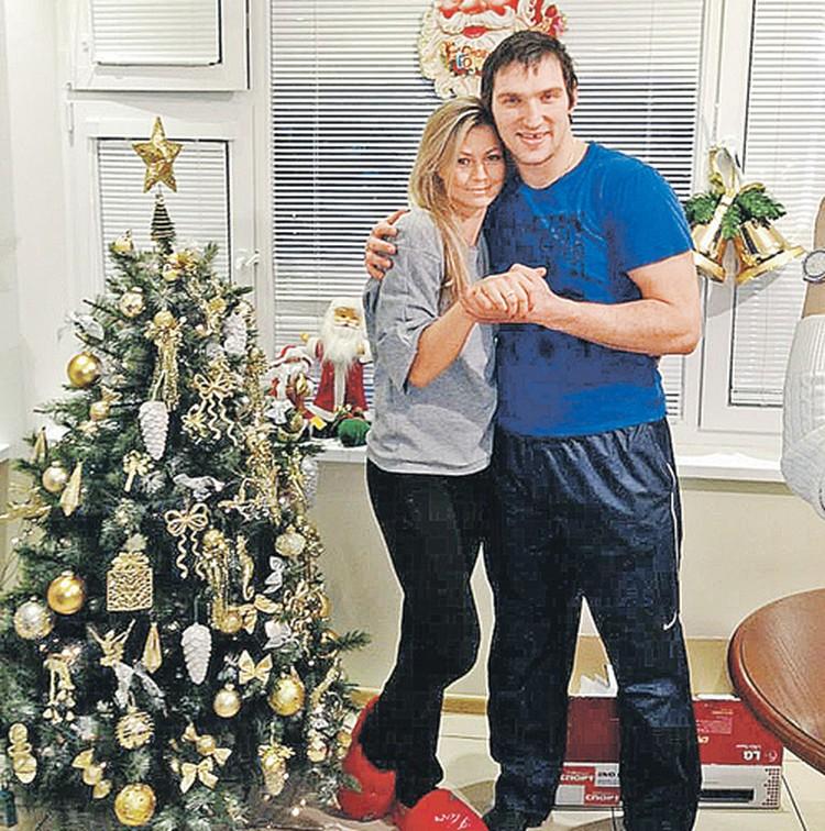 Этот снимок сделан сразу после того, как один спортсмен предложил другому руку и сердце. И шикарное кольцо в придачу. Прямо в новогоднюю ночь. Так что Дед Мороз существует. И он играет в хоккей.