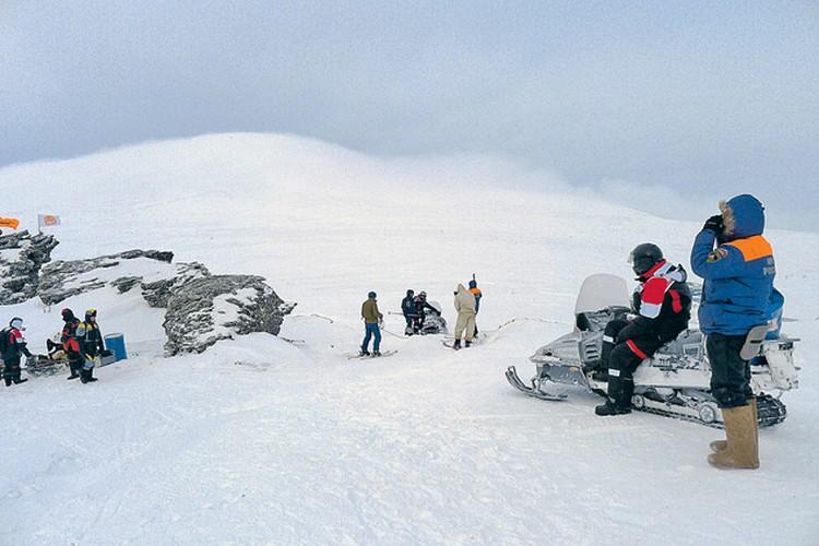 Перевал Дятлова устроил нам испытание холодом и ненастьем. На заднем плане та самая гора Холат-Чахль (что в переводе с мансийского языка- «мертвая гора»). Исследователи сбуйной фантазией приписали ей мистические и зловещие истории. По одной из них незад