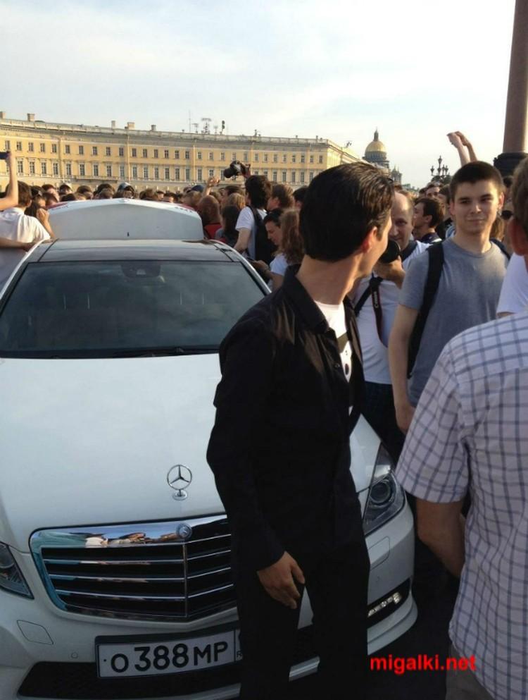 """Дуров и тот самый """"Мерседес"""" с госномером полицейской серии - летом 2012 года на раздаче фирменных футболок на Дворцовой площади."""
