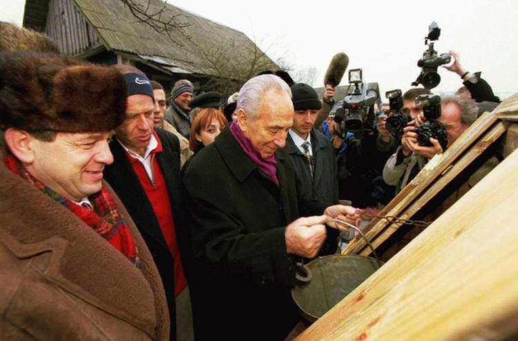 На этот раз Шимону Пересу приехать в Беларусь не позволило здоровье, в августе знаменитому политику исполнится 90 лет. На фото президент в Вишнево, у того самого колодца. 1998-й год.