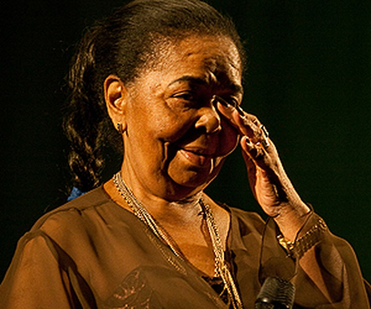В ее песнях есть saudade, светлая тоска по родине и любимом, часто она и сама плакала на концертах.