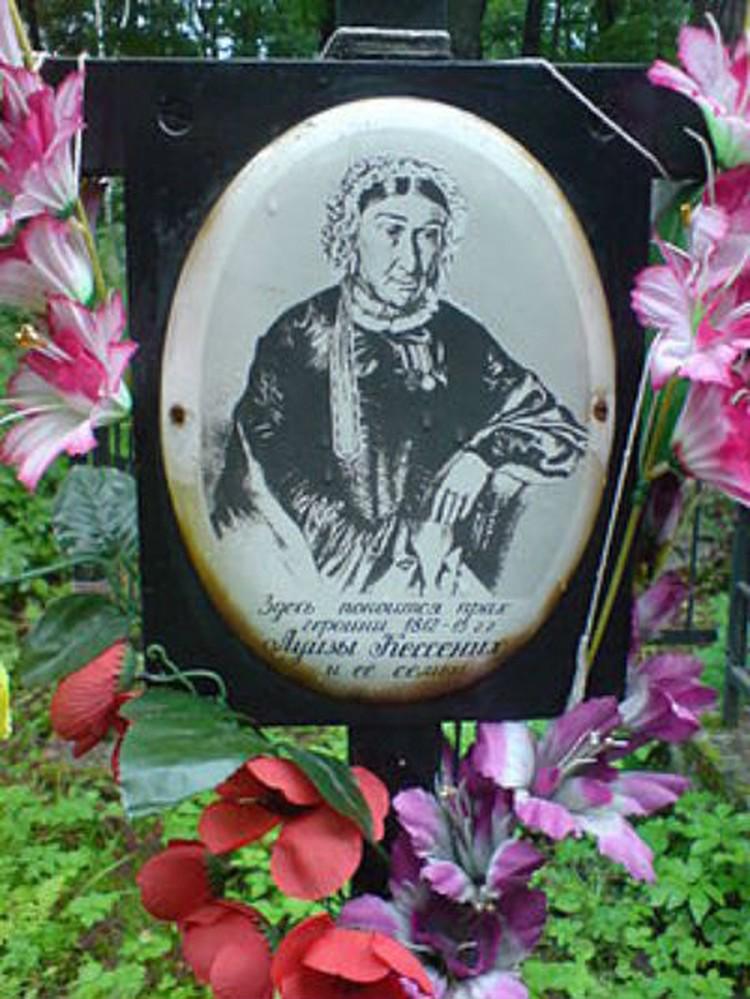 Могила Луизы Кессених на Волковском кладбище Петербурга