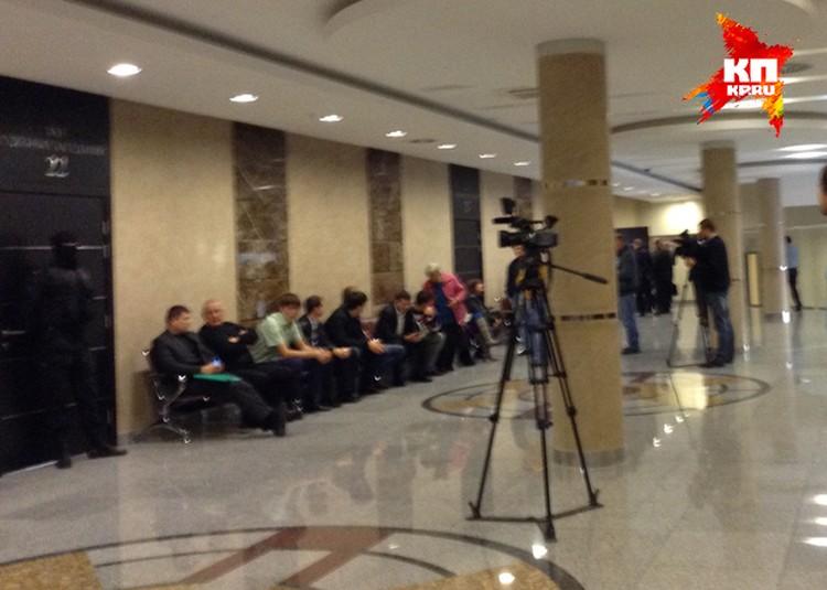 Народ ждет начала заседания