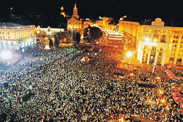Это фото с подписью «Нас уже миллион» разошлось по соцсетям. Оказалось, что снимок сделан еще в 2004 году, причем не на акциях протеста, а во время празднования Дня независимости.