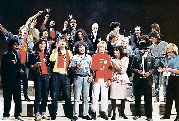 В клипе «Замыкая круг» 1987 года Андрей (крайний слева в первом ряду) спел в компании звезд советского рока.
