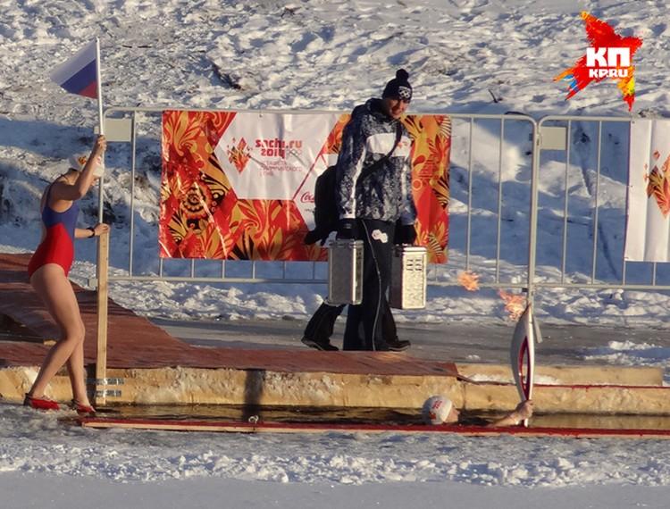Морж Андрей Сычов спустился с факелом в ледяную воду