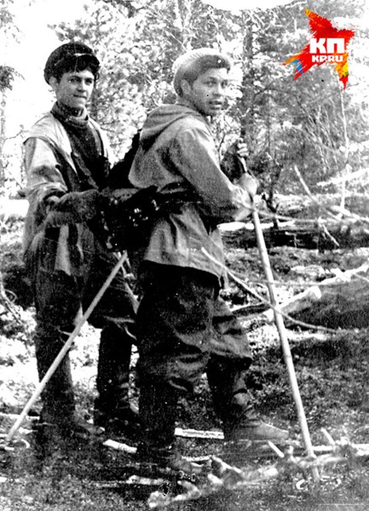 Это фото Владимира Аскинадзи сделано во время поисков в начале мая 1959 года. Он на переднем плане, за его спиной болтается глухарь, которого час назад подстрелили.