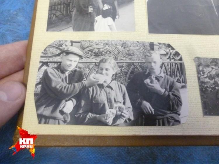 Игорь Дятлов (справа) в Перми перед одним из своих походов.