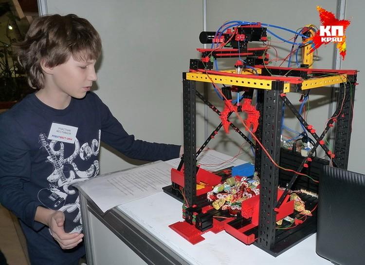 Автомат по раздаче конфет от 11-летних Артема Шинкаренко и Арсения Косицына.