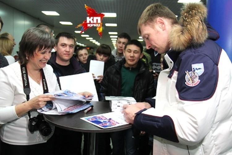 Иркутяне соревновались - кому удастся сфотографироваться с чемпионом и попросить автограф