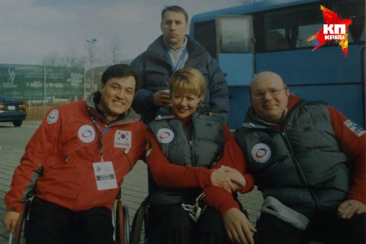 Оксана вместе со своим земляком-капитаном русской сборной Андреем Смирновым (справа)