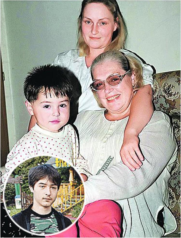 Когда-то у Лидии Николаевны  были очень теплые отношения с дочкой Олей и внуком Васей (слева в кружке - современное фото внука актрисы).
