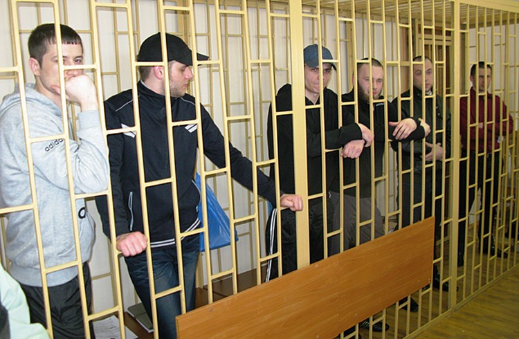 Илютиков, Савченко, Кириллов, Ковтун А., Никитин, Ковтун В. (слева направо) сразу после оглашения приговора