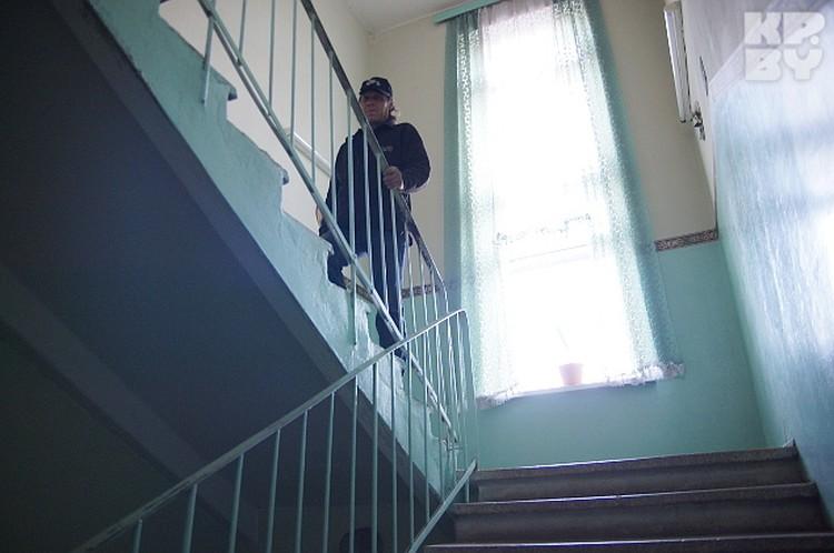 ...поднимается по лестнице...
