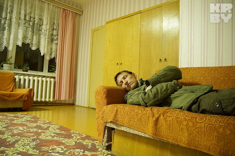 Ночуя на этом диване, сторожа видели призрак