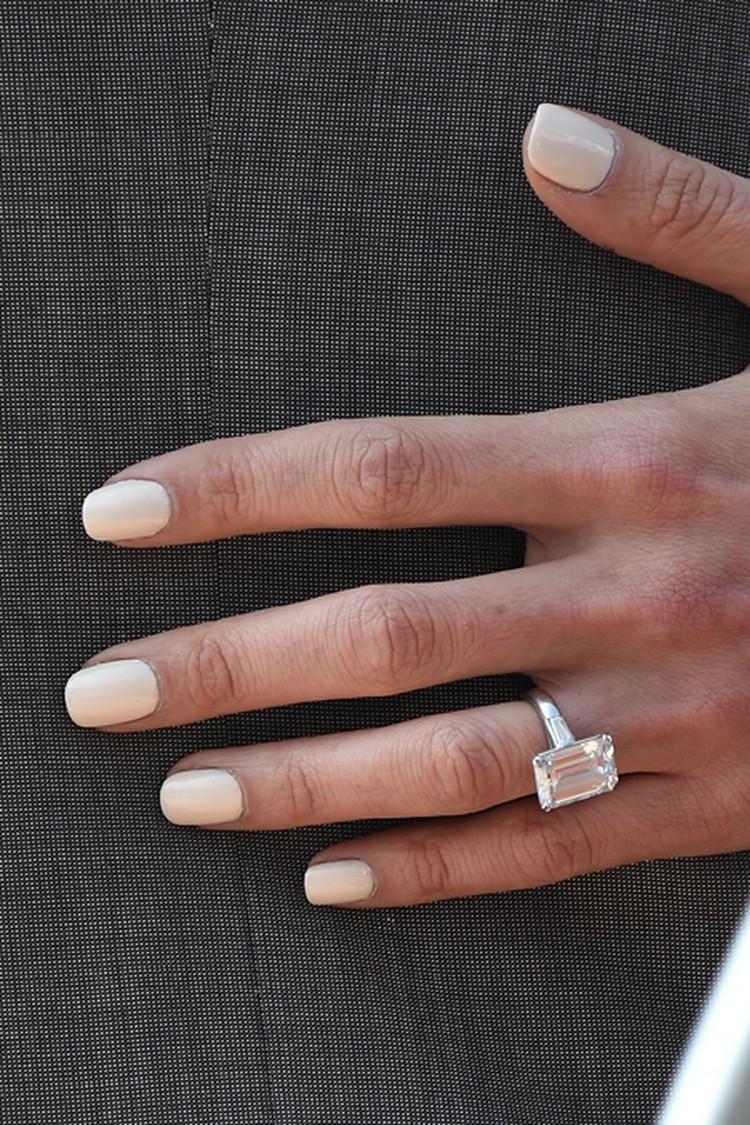 На пальчике невесты сверкало кольцо с прямоугольным бриллиантом, которое Джордж преподнес ей на помолвку: украшение обошлось жениху в 750 тысяч долларов.
