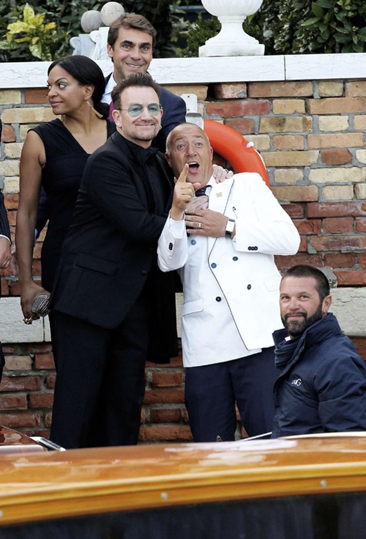Солист группы U2 Боно не упускает случая поинтриговать фотографов.