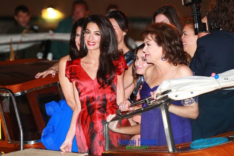 В пятницу вечером жених и невеста устроили вечеринку. Амаль появилась на ужине в красном платье из круизной коллекции Alexander McQueen и была настолько хороша, что, без преувеличенися, затмила своей красотой всех звезд.