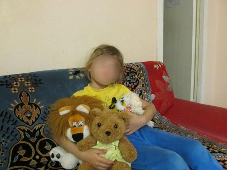 6-летняя Юля* с радостью фотографируется с игрушками. В этом году она должна была пойти в школу, но у её матери остается страх за малютку: жестокий отец