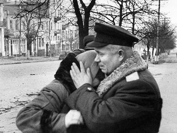 Н.С.Хрущев (в военной форме) в Киеве. 7 ноября 1943 г. Фото: из коллекции С.Н.Хрущева, из архива «Комсомольской правды».