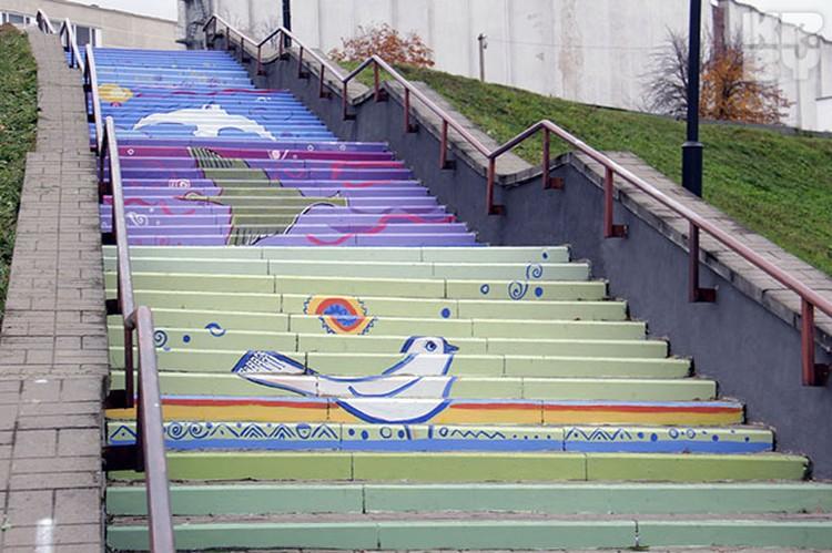 Внизу на лестнице рыбы, а вверху - птицы.