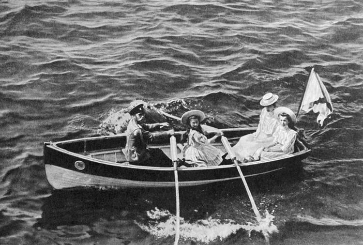 Осенью и весной царская семья часто жила в Крыму, в жаркие месяцы ездили отдыхать в Финляндию. Девочки в лодке - старшие дочери