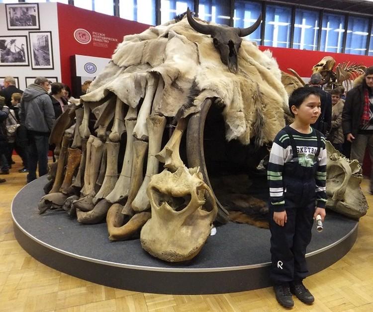 ЦДХ на время превратился и в машину времени, переносящую в ледниковый период, и в портал для телепортации в разные части России и мира - то в Якутию, то в Полинезию.