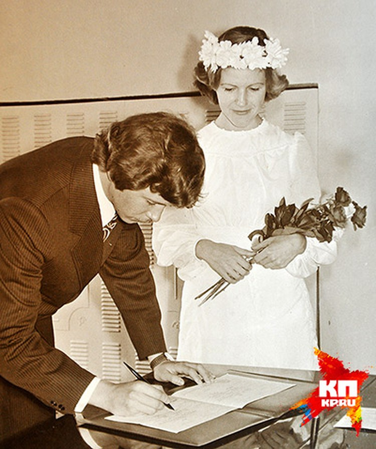 Перед пятым курсом в 21 год Елена вышла замуж за звезду факультета Михаила Мизулина