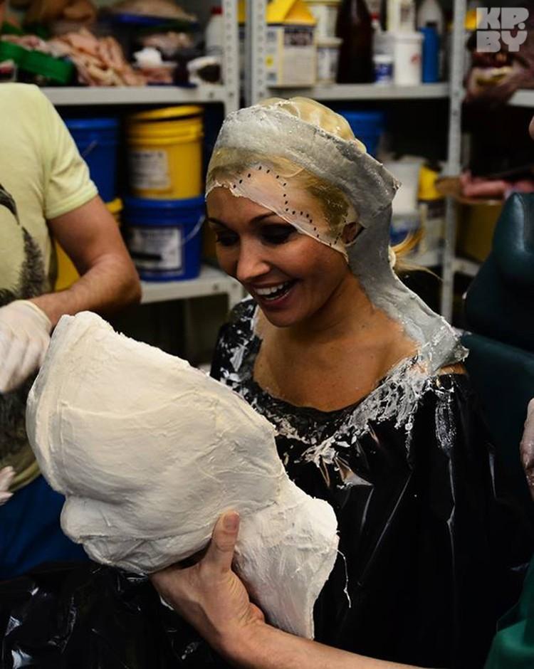 Анжелике Агурбаш сделали слепок лица, с которой потом будут ваять маски.