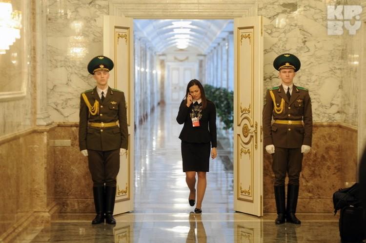 Пресс-секретарь президента Наталья Эйсмонт в коридорах Дворца.