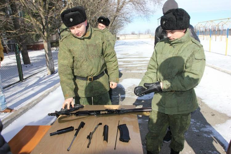 Профессионалы собирают автомат Калашникова за 15 секунд.