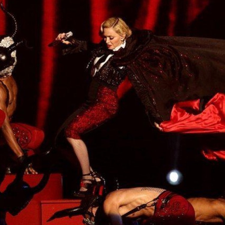 То ли Мадонна недостаточно развязала тесемки, то ли танцоры дернули слишком сильно…