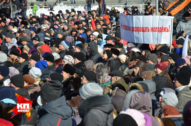 Молитвенное стояние против «Тангейзера»: у оперного театра собралось несколько тысяч человек.